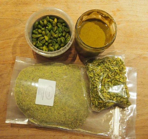De la pistache sous quatre formes pour cette bûche