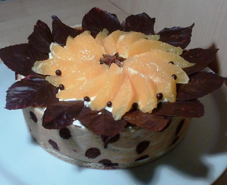 L'hiver: biscuit joconde à pois cacao, bavaroise vanille, crêpes suzette, suprêmes d'oranges et feuilles en chocolat.