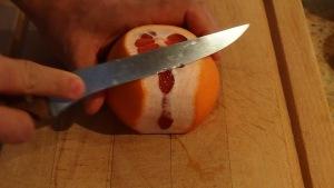 """Puis tranchez la peau verticalement en """"rasant"""" le fruit de manière à en atteindre la chair."""