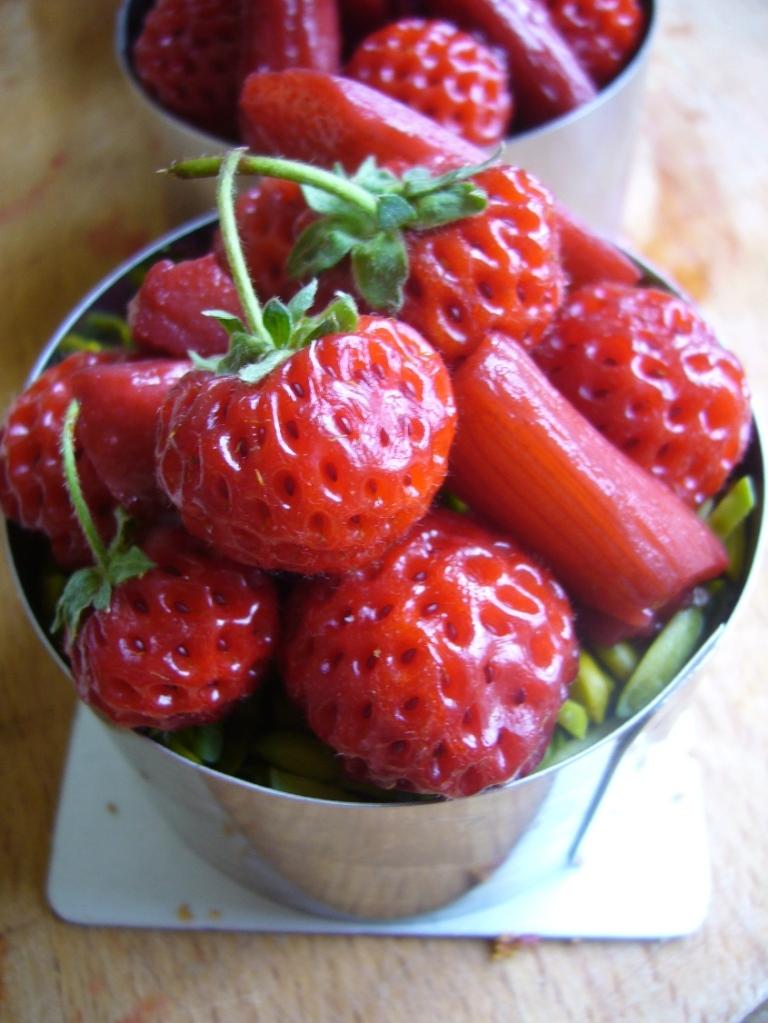 Les fraises framboises, ici avec de la rhubarbe pochée à l'hibiscus