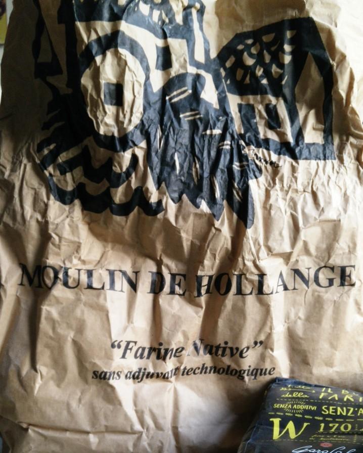 Un sac de farine du moulin de Hollange, qui travaille à la meule, sans additifs, en biodynamie, etc.