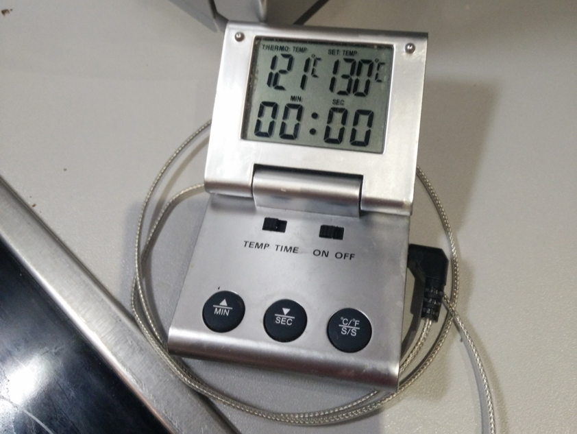 la température réelle indiquée à gauche et celle de l'alarme à droite