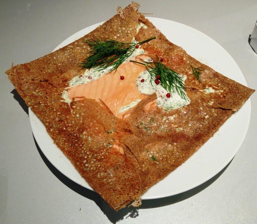 Galette au blé noir, beurre salé, saumon fumé et crème à l'aneth